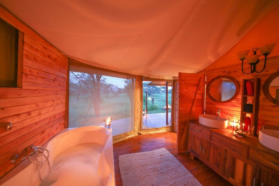 Luxurious bathroom with a bathtub in the Acacia Collections Serengeti
